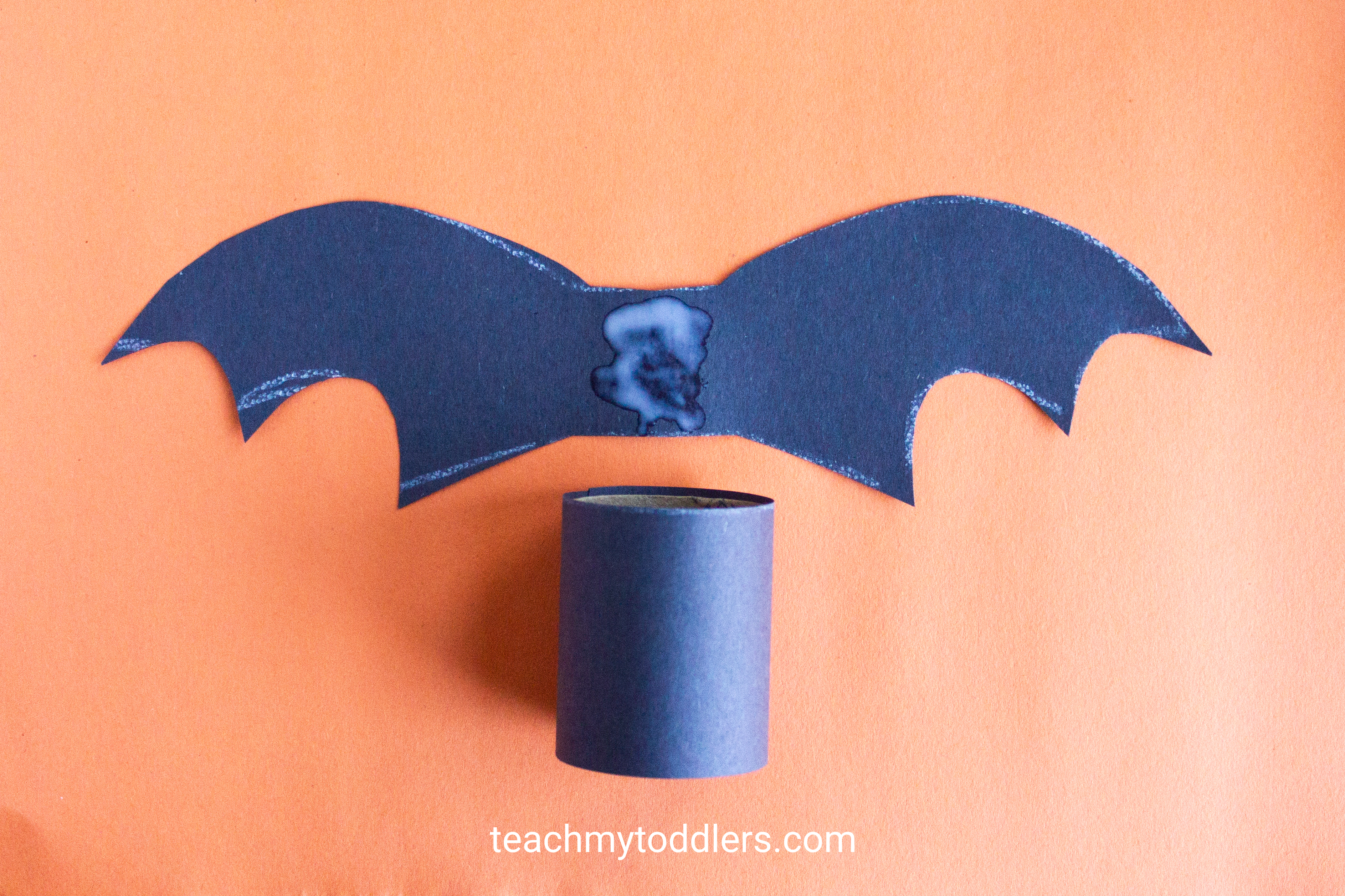 Discover how to make this paper bat craft for toddler's halloween activity