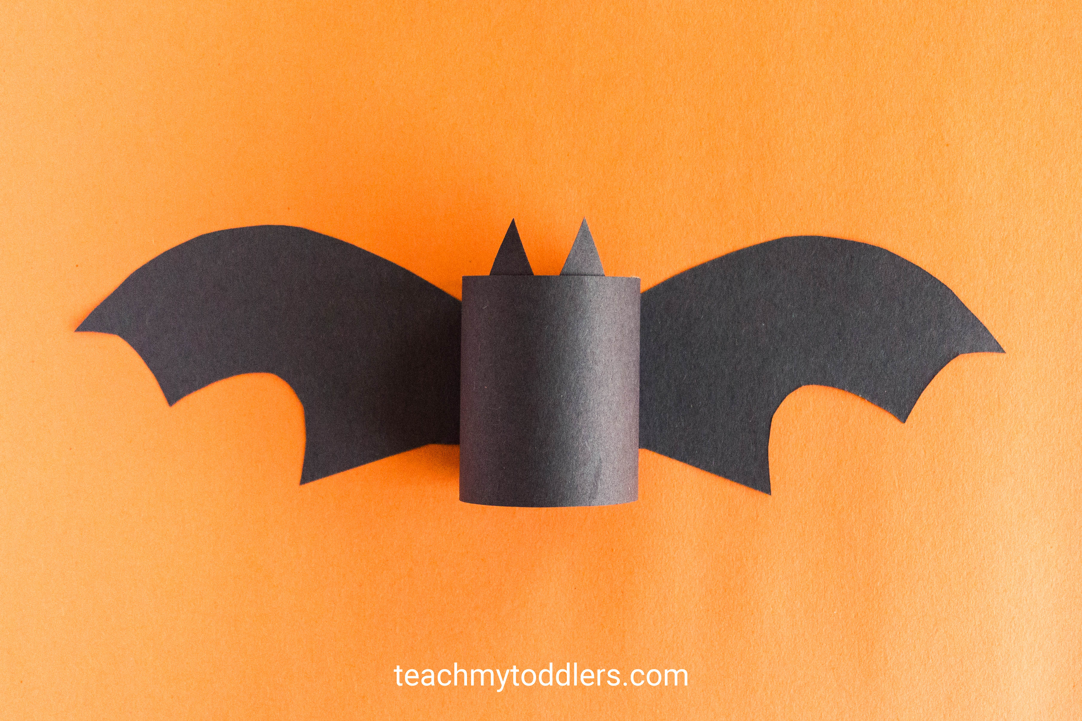 Discover how to make this paper bat craft for your toddler's halloween activity