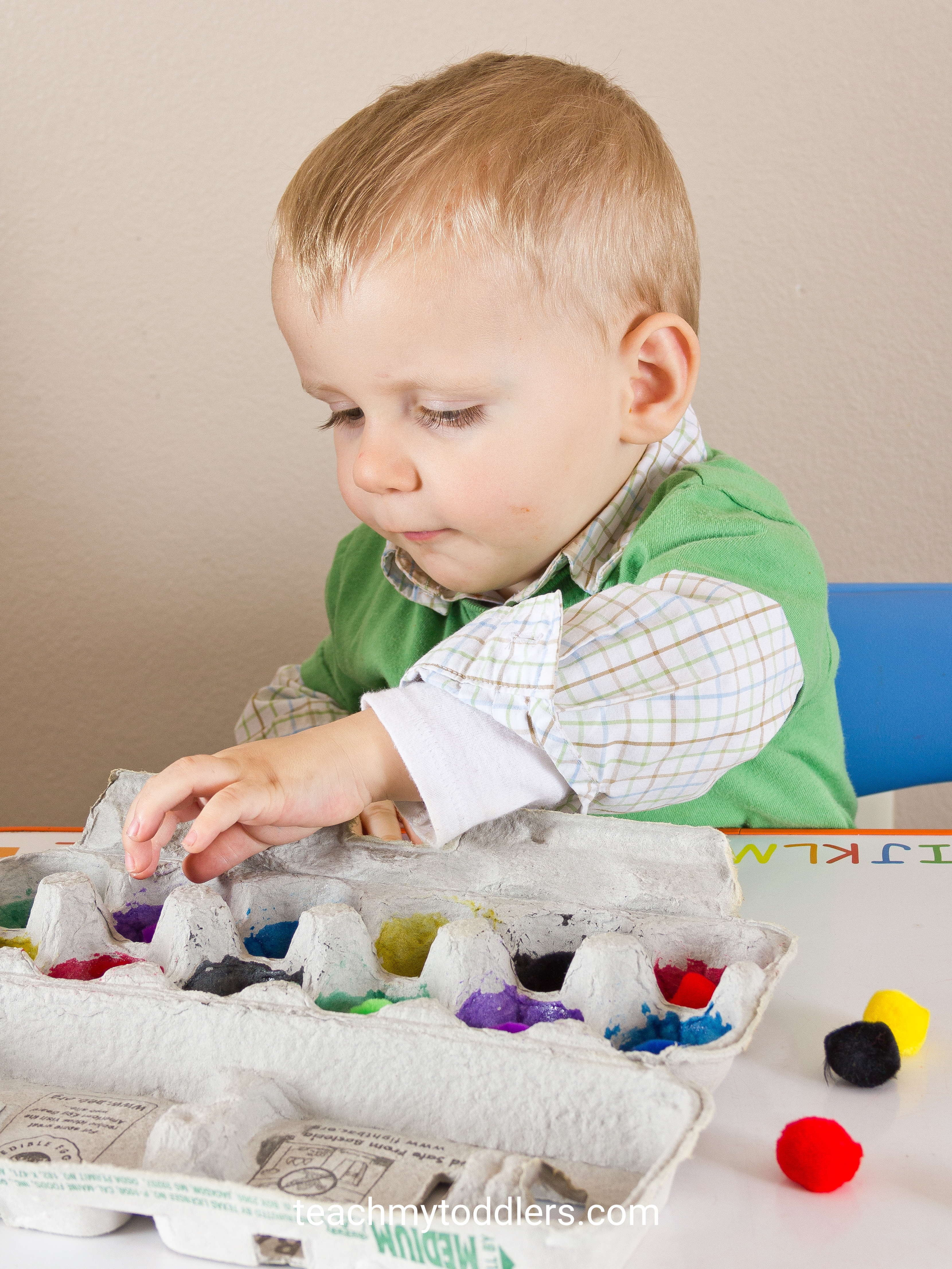 Your toddler can learn colors with these pom poms and egg carton