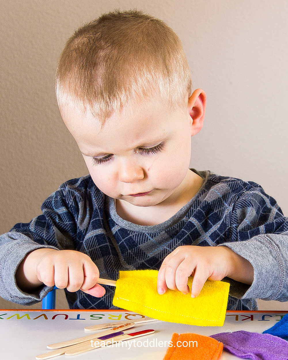 This popsicle stick game is a great idea to teach toddlers colors