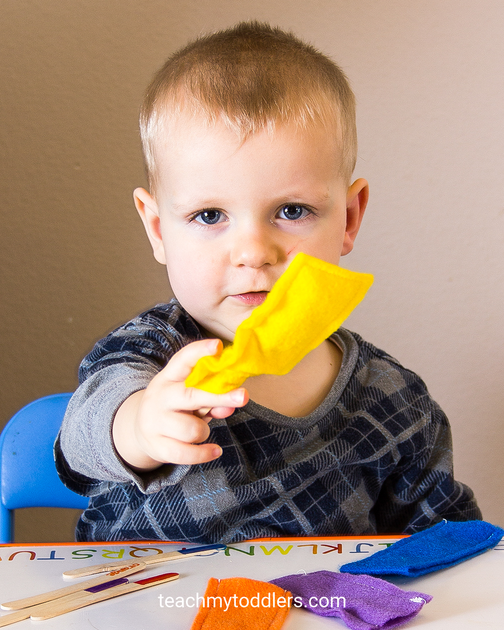 This popsicle stick game is a great idea to teach your toddlers colors