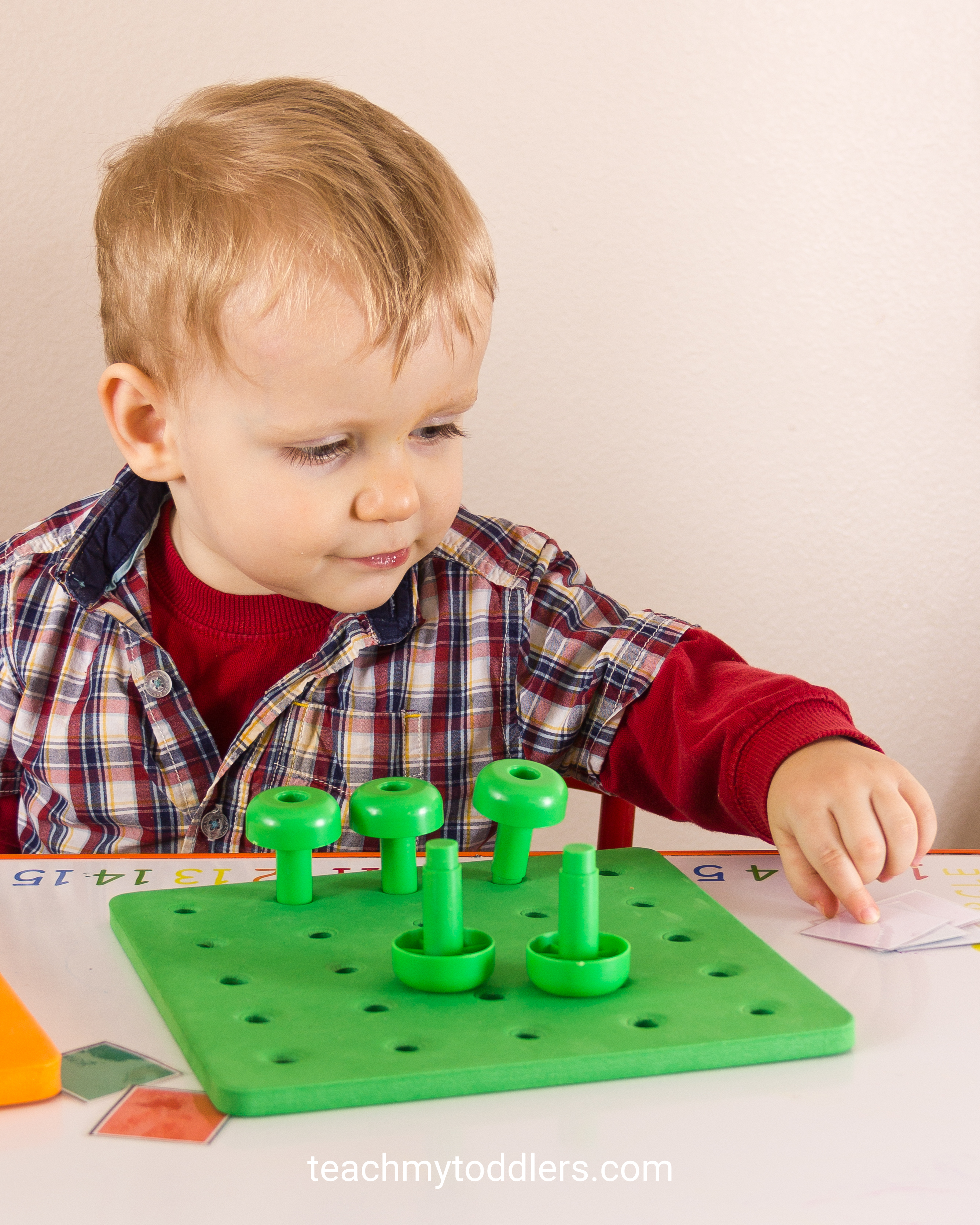 Your toddlers can learn colors with these pegs and peg boards