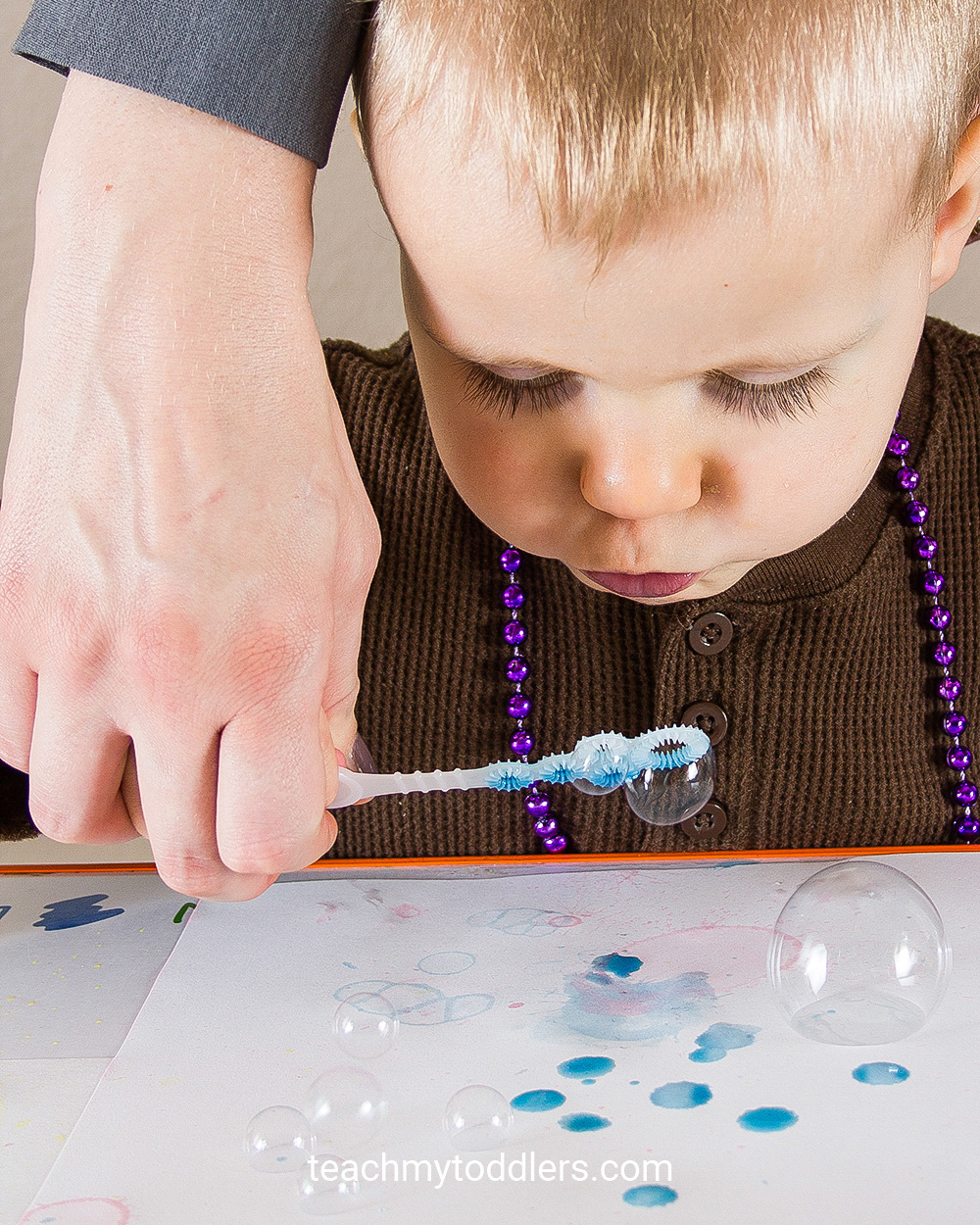 Learn how to use bubble painting art activity to teach your toddlers colors
