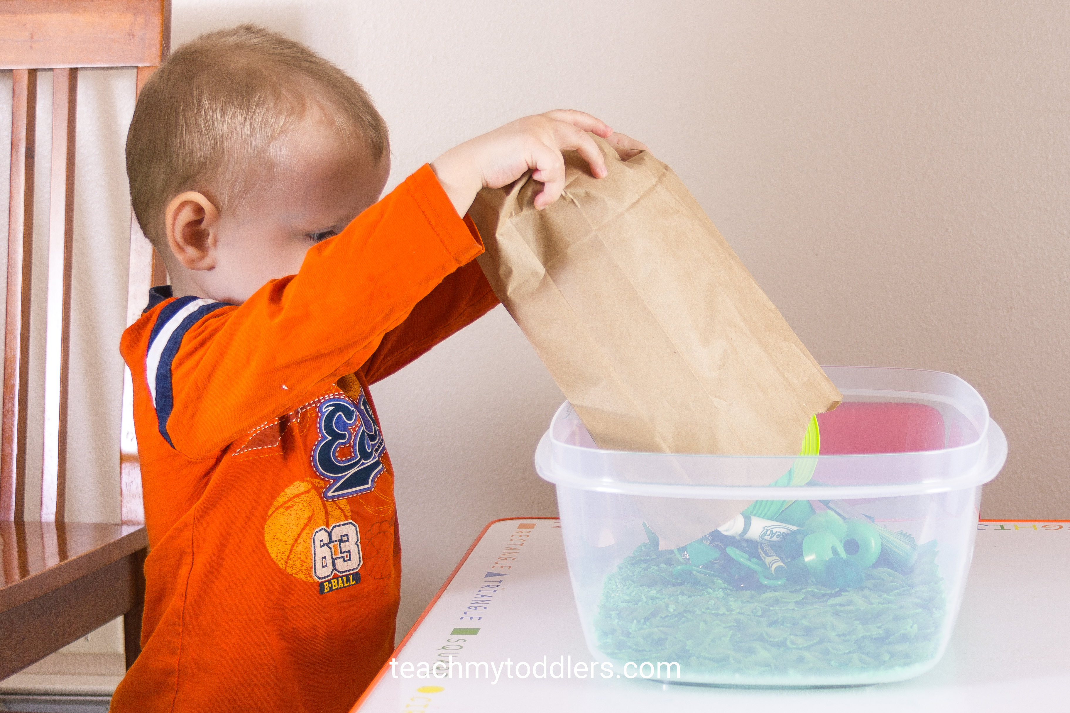 Teaching your toddlers colors with these sensory bins