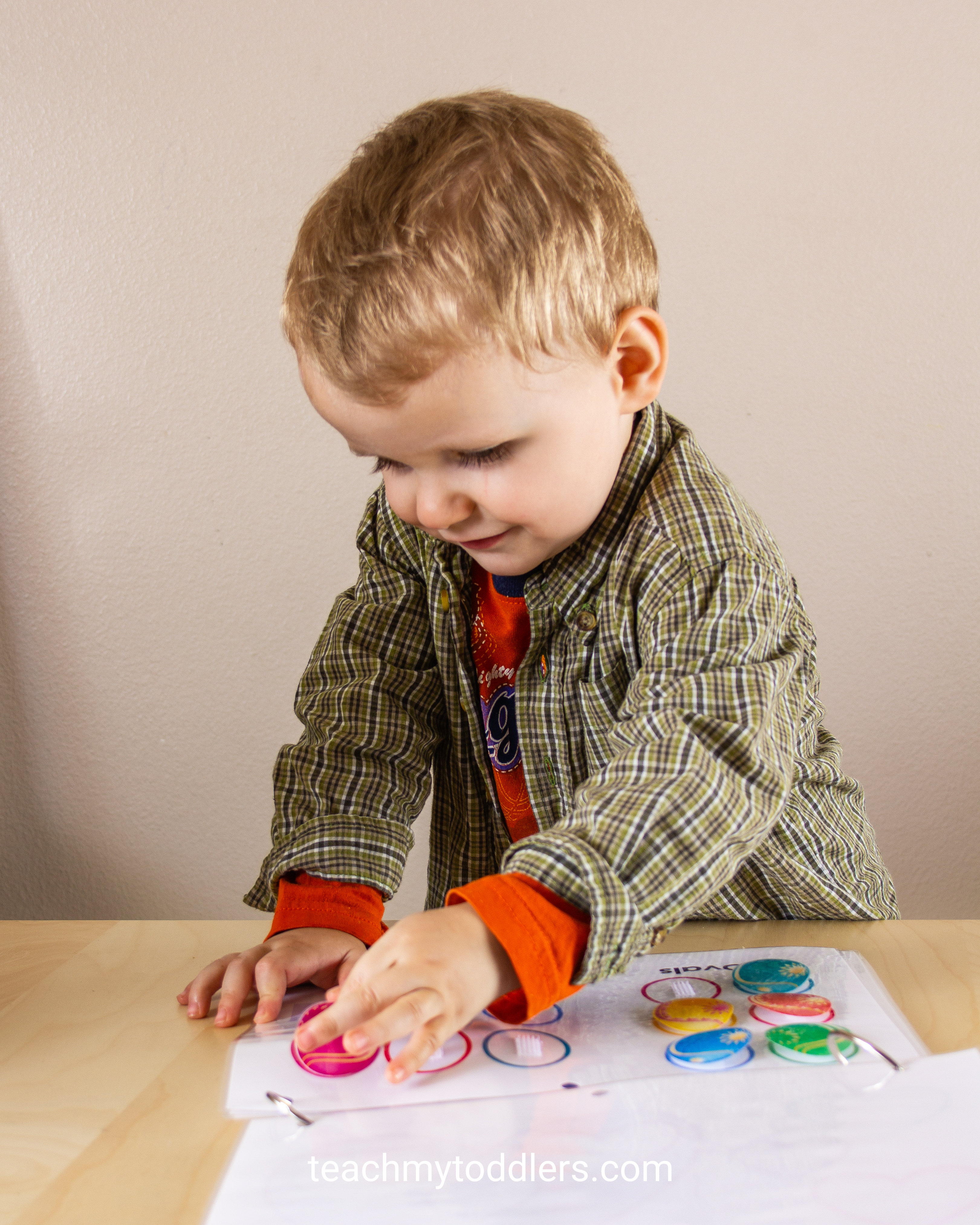 Teach toddlers shapes with this fun shapes quiet book