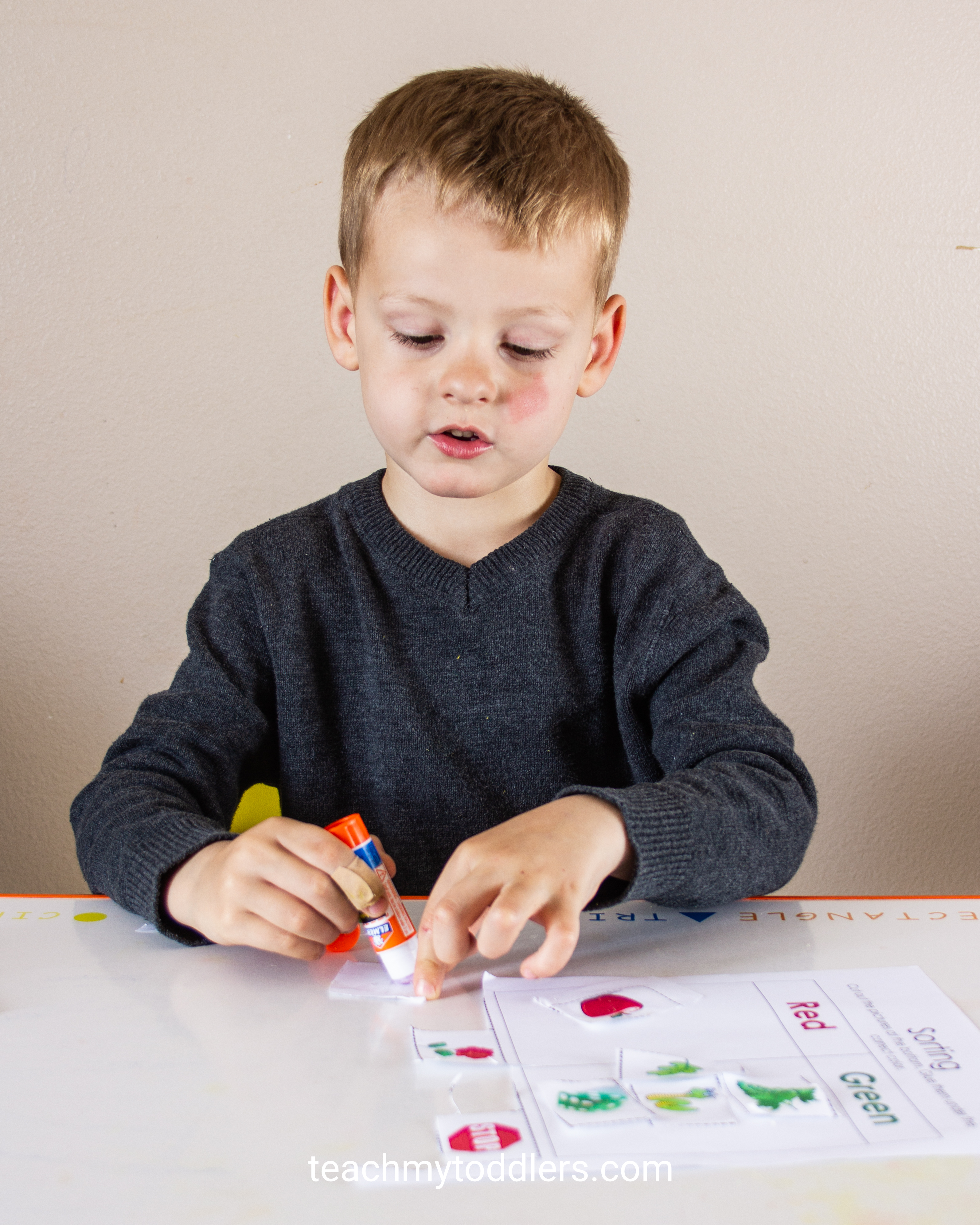 Learn how to use this color sorting cut and paste activity to teach preschoolers colors