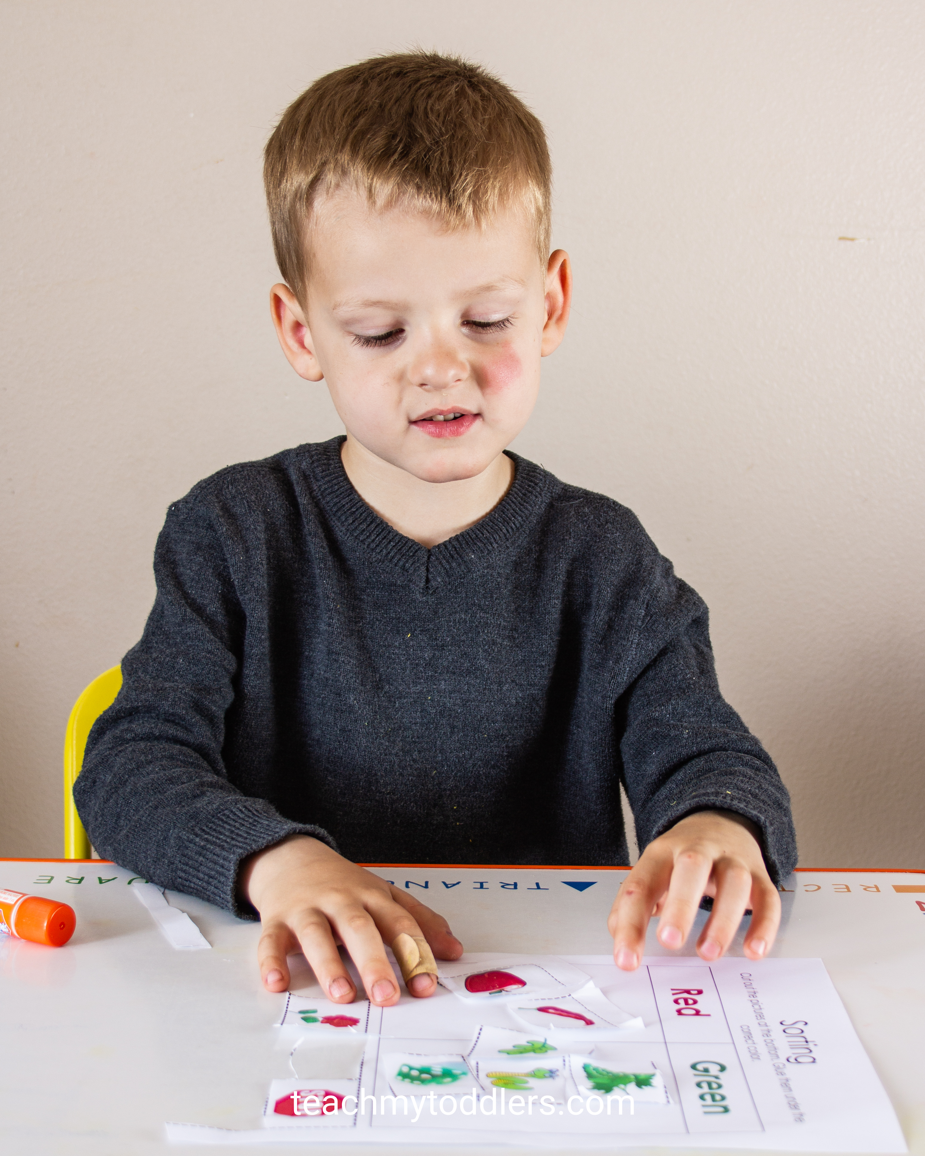 Learn how to use this color sorting cut and paste activity to teach your preschoolers colors