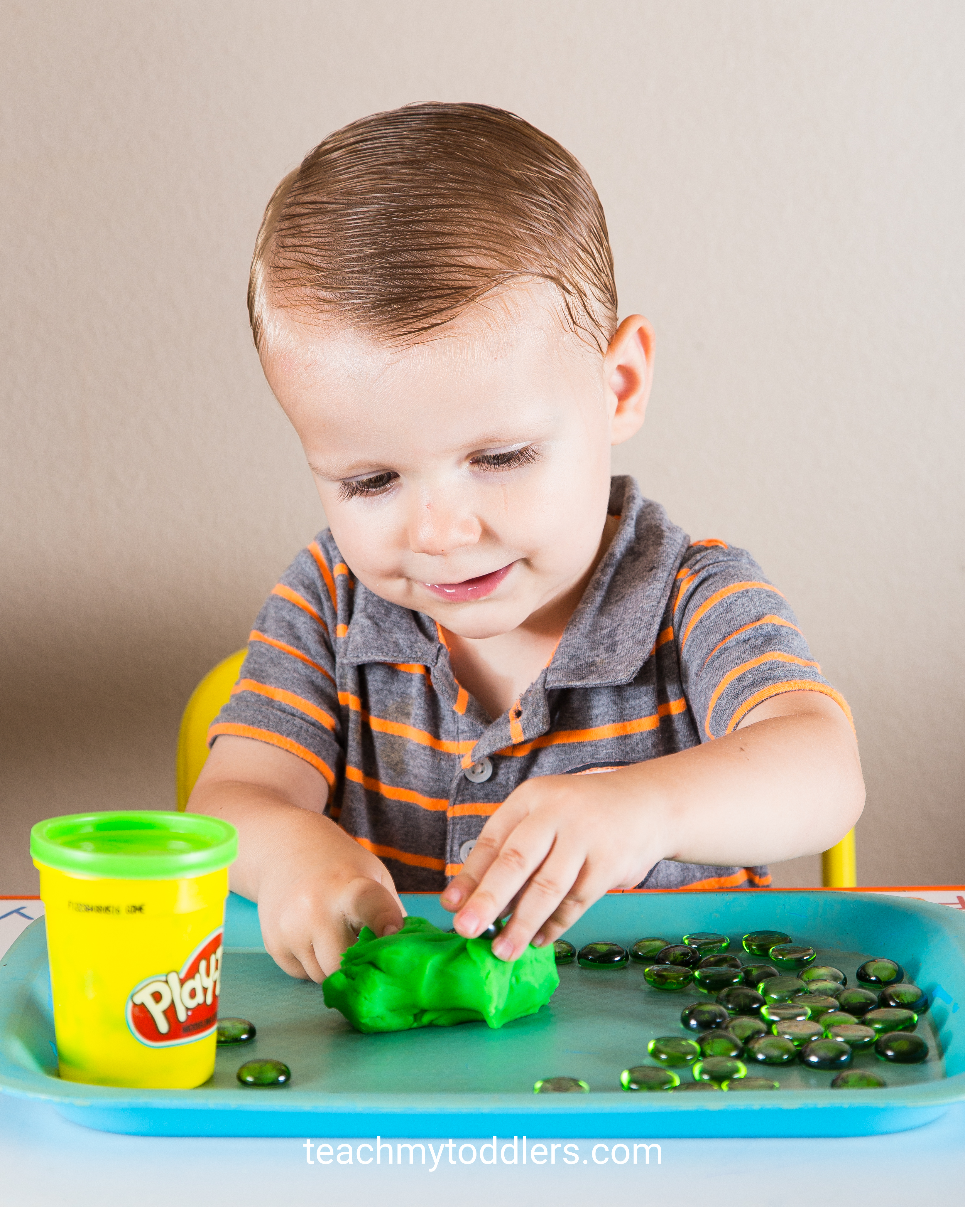 Discover how to teach your toddlers the color green with these tot trays