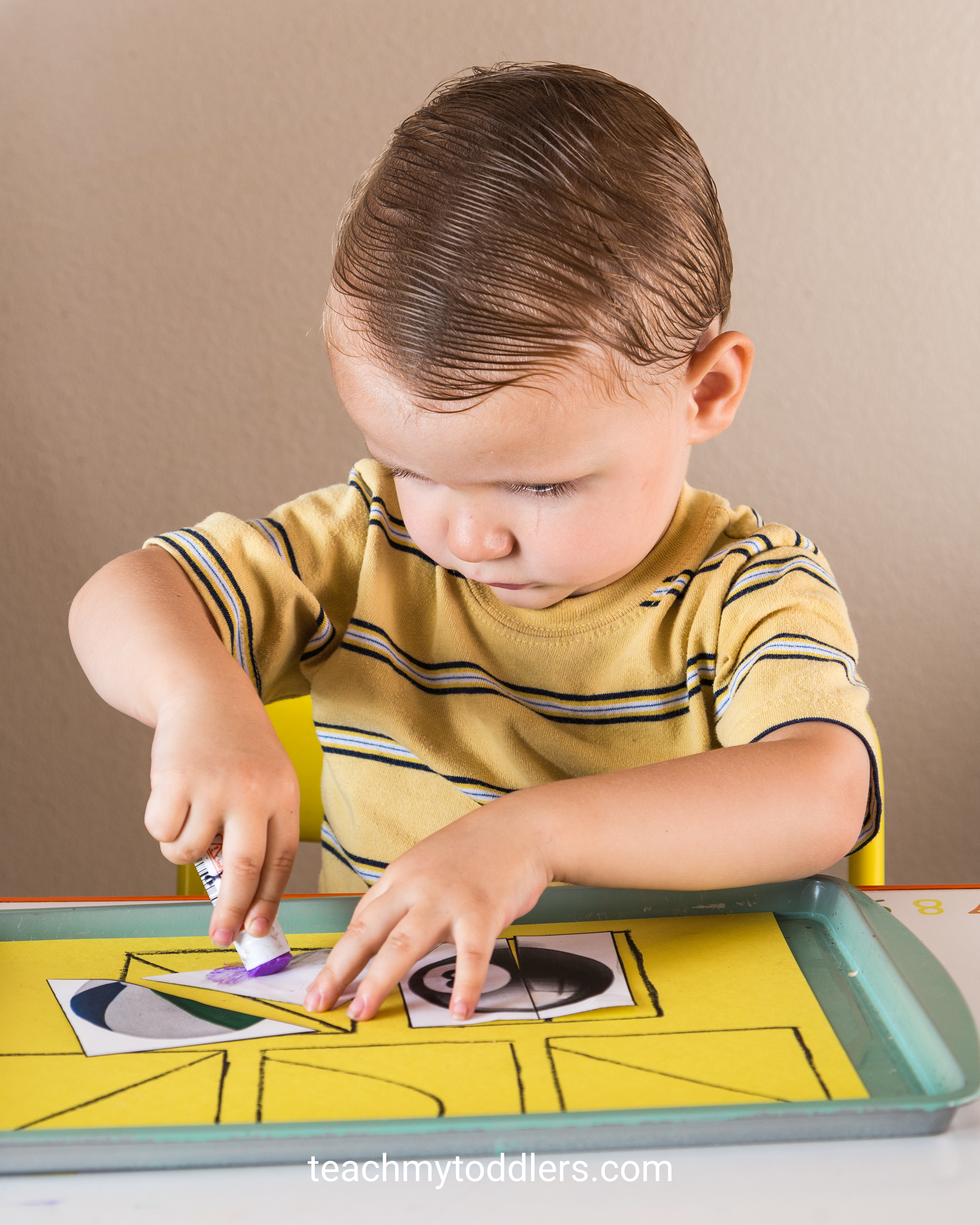 Use these awesome circle toddler trays to teach your toddlers shapes