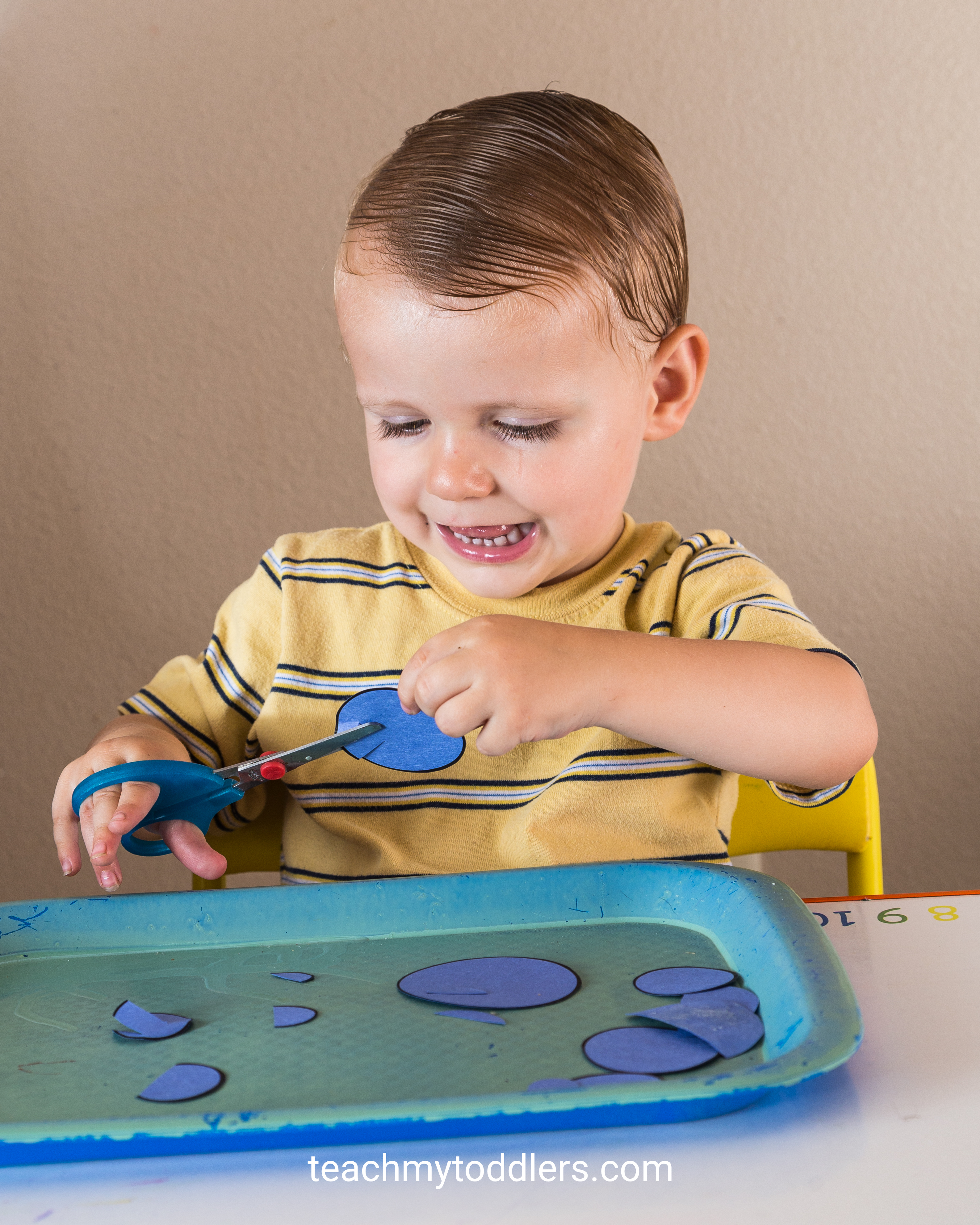 Use these unique circle toddler trays to teach your toddlers shapes